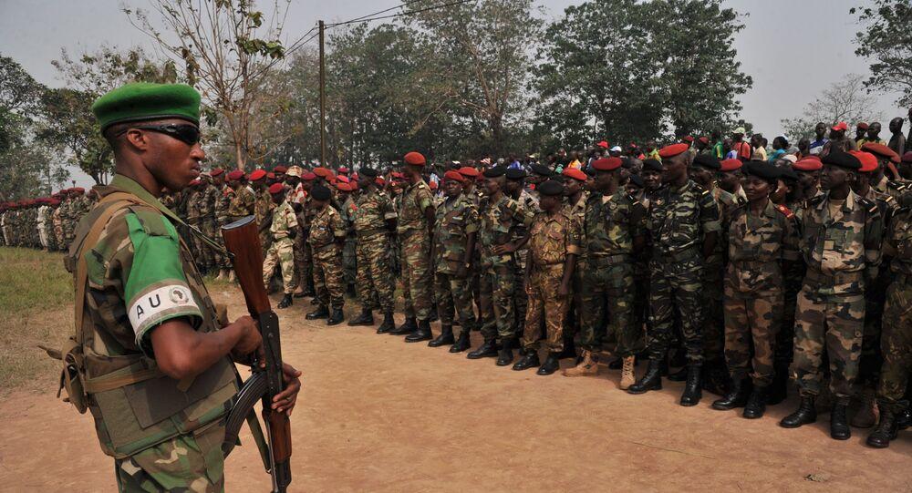 Soldado de Ruanda em frente aos membros das Forças da República Centro-Africana, 5 de fevereiro de 2014