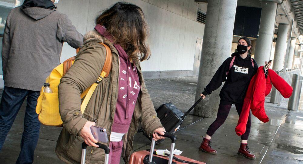Passageiros vindos de Londres chegam ao Aeroporto John Kennedy na cidade de Nova York na segunda-feira 21 de dezembro de 2020