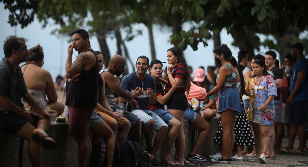 Cariocas socializando no bairro da Urca, na Zona Sul do Rio de Janeiro, no dia 18 de dezembro de 2020