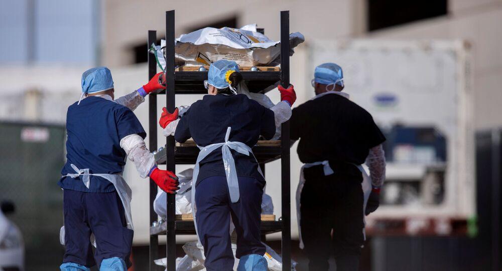 Funcionários do Instituto Médico Legal de El Paso, Texas, levam corpos de vítimas da COVID-19 no dia 23 de novembro de 2020
