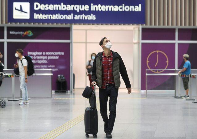 Brasileiro desembarca de voo proveniente do Reino Unido, no aeroporto do Galeão, Rio de Janeiro, 21 de dezembro de 2020