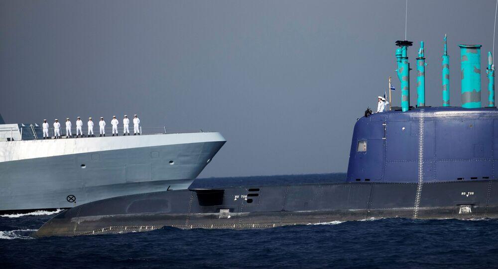 Marinheiros de Israel em formação na corveta de classe Saar-6, que passa por um submarino naval, na costa de Haifa, no mar Mediterrâneo, norte de Israel, 1º de dezembro de 2020