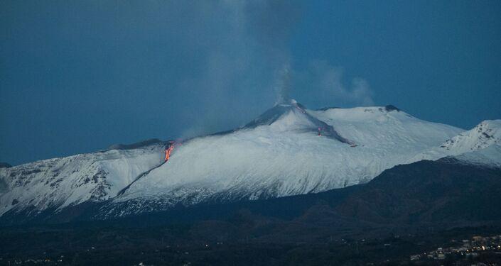 Vulcão Etna entra em erupção criando chafariz de lava em sua cratera sudeste