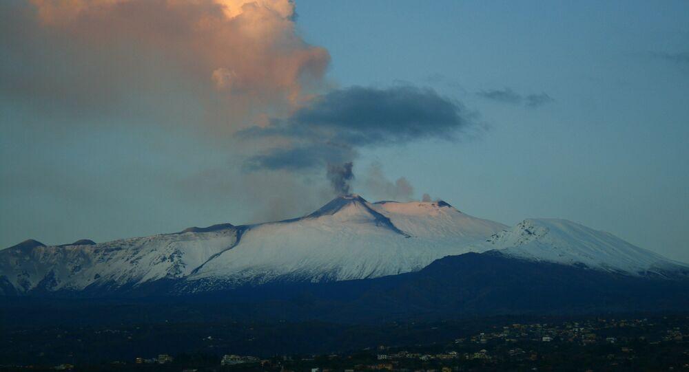 Vulcão Etna cria nuvem de fumaça durante erupção