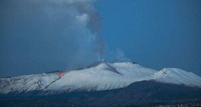 L'Etna erutta: fontane di lava dal cratere Sud-Est