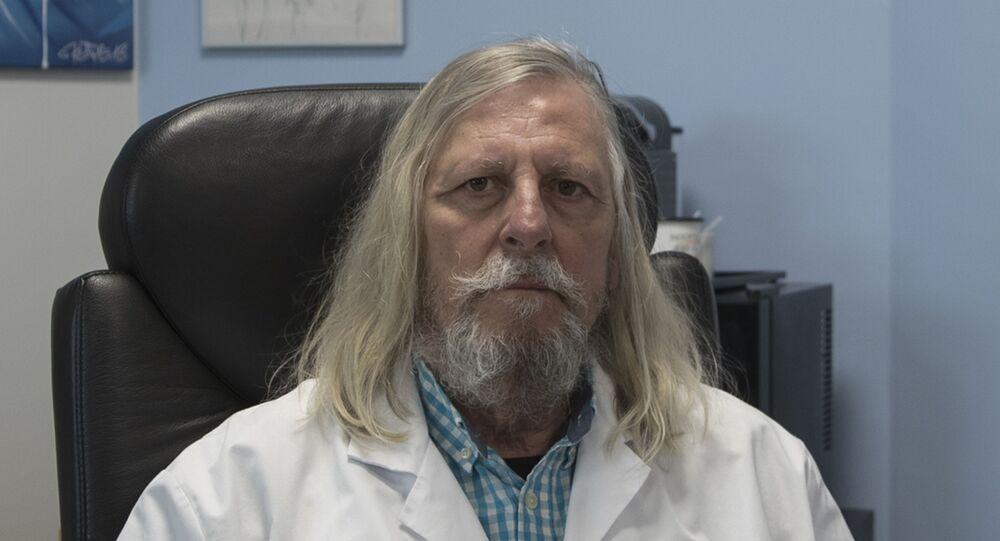 Professor Didier Raoult, diretor do Instituto Mediterrâneo de Infecção posa no hospital La Timone em Marselha, sul da França.