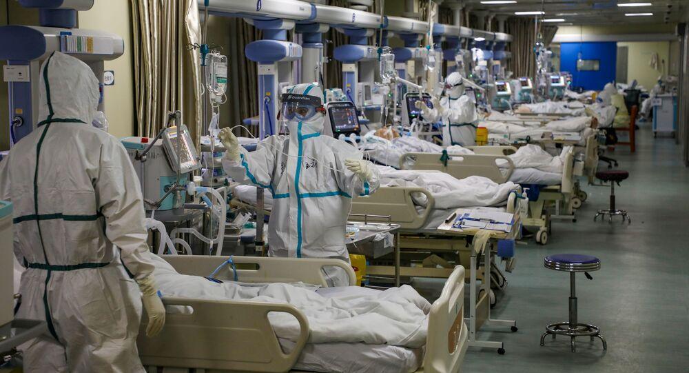 Agentes de saúde em Unidade de Terapia Intensiva (UTI) de hospital em Wuhan, na província de Hubei, China, 6 de fevereiro de 2020
