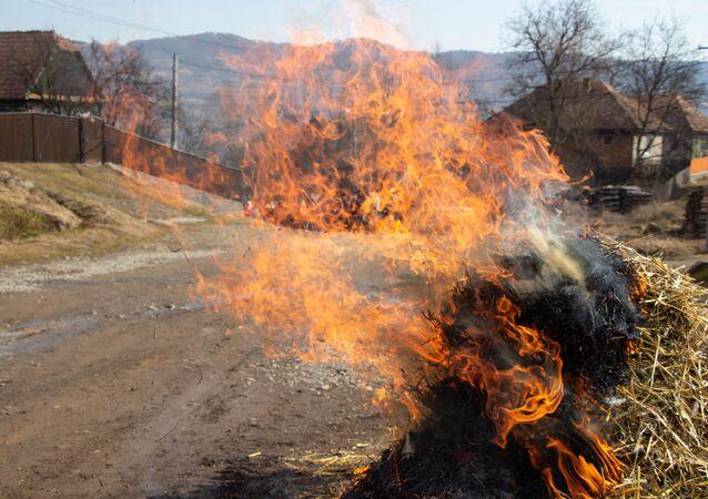 Aldeia incendiada (imagem referencial)