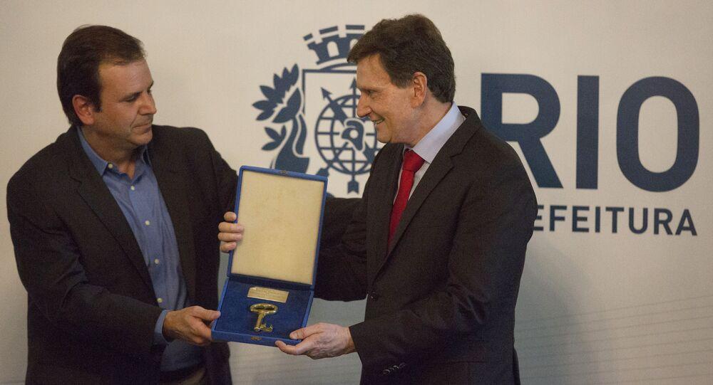 O prefeito eleito Marcelo Crivella recebe a chave da cidade do Rio de Janeiro das mãos do ex-prefeito Eduardo Paes, no dia 1º de janeiro de 2017