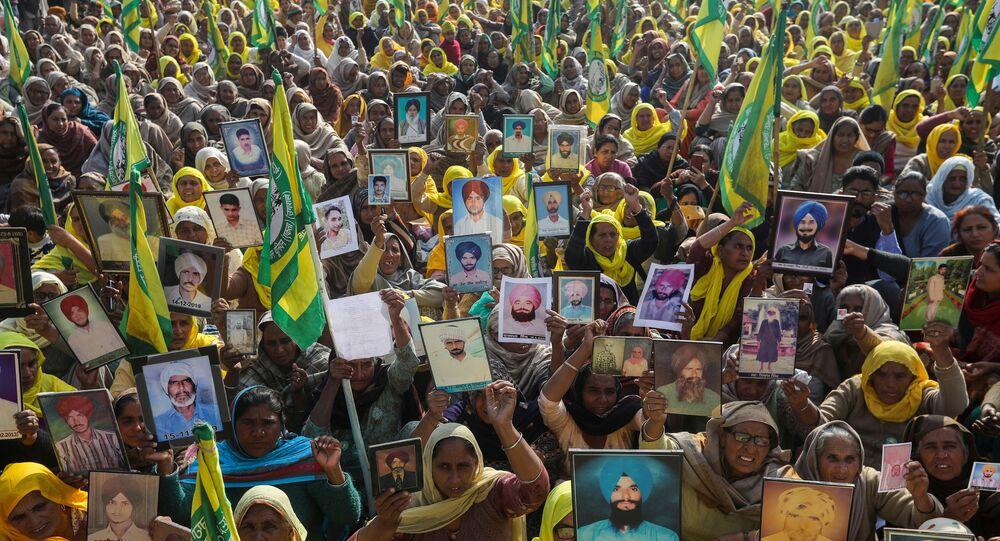 Protesto contra projetos de lei agrícolas aprovados pelo parlamento da Índia na fronteira com Tikri, perto de Nova Deli