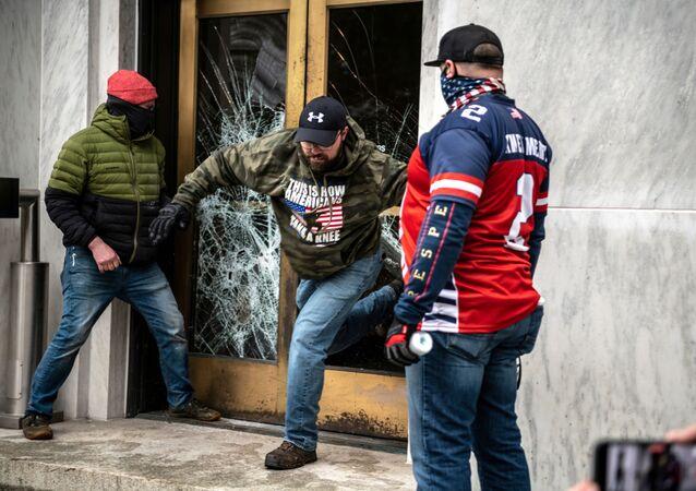 Manifestantes tentam invadir a sede do governo do Oregon durante um protesto contra as as medidas de isolamento para frear a propagação da COVID-19, em Salem, Oregon, EUA, no dia 21 de dezembro de 2020.