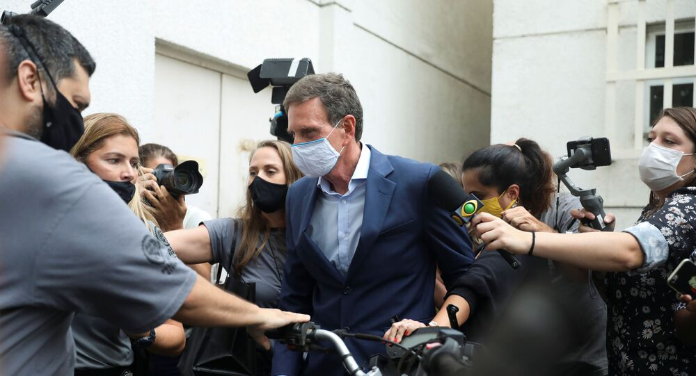 Prefeito do Rio de Janeiro, Marcelo Crivella, é conduzido por policiais após ser preso
