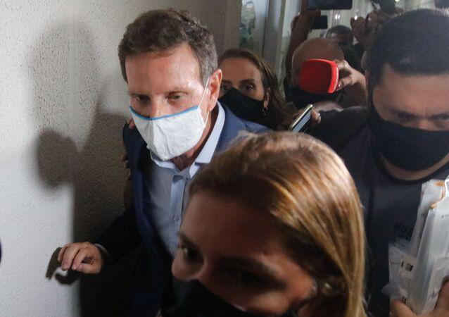 O prefeito do Rio de Janeiro, Marcelo Crivella, deixa a Cidade da Polícia, após ser preso na manhã desta terça-feira (22) em uma ação conjunta entre a Polícia Civil e o Ministério Público do RJ