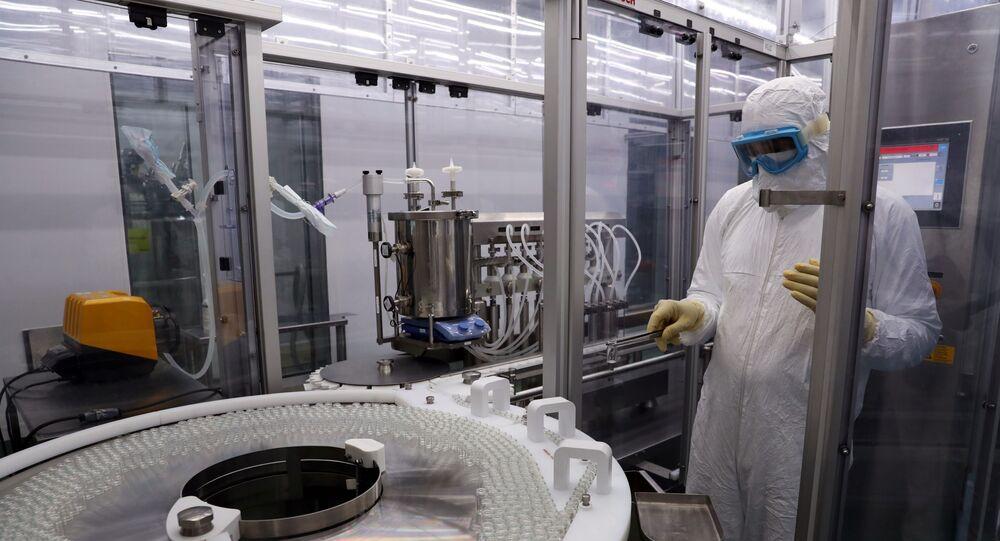 Homem trabalha na produção das vacinas CoronaVac e SinoVac contra a COVID-19