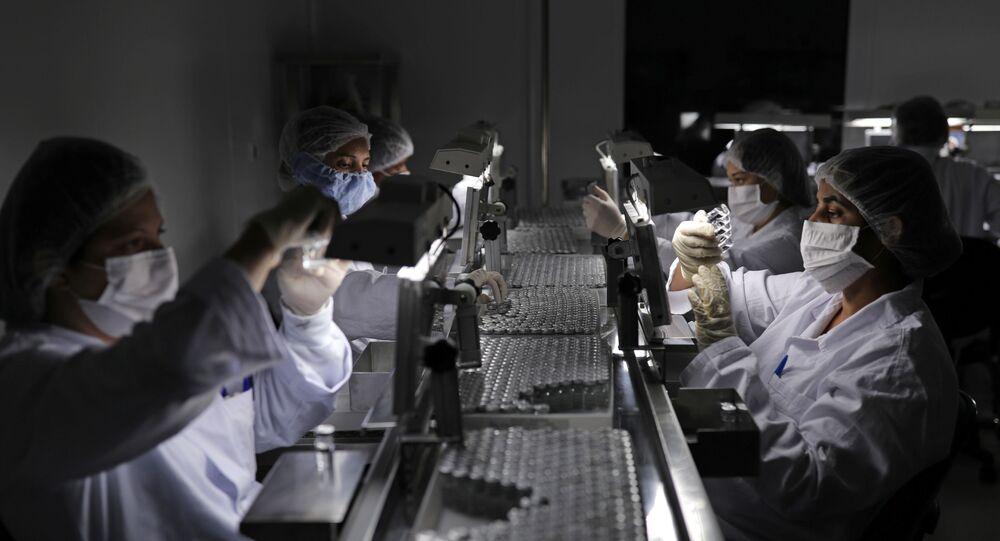 Funcionários inspecionam local de produção da vacinas CoronaVac e SinoVac