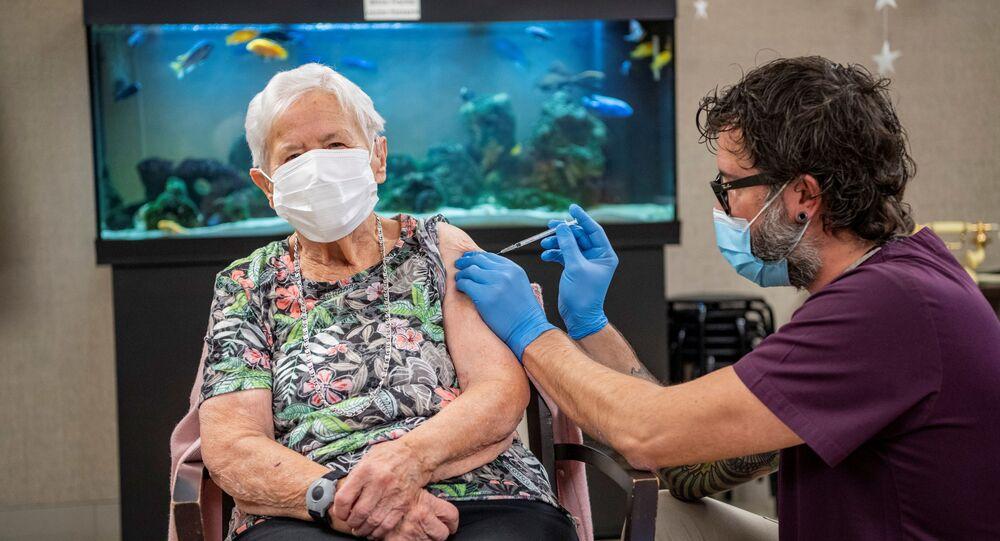 Uma senhora de 90 anos recebe, em Lucerna, a primeira vacina contra o novo coronavírus na Suíça (foto de arquivo)