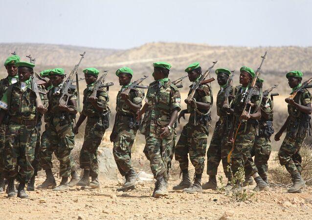 Tropas da União Africana pertencentes ao contingente etíope para Somália marcham durante cerimônia