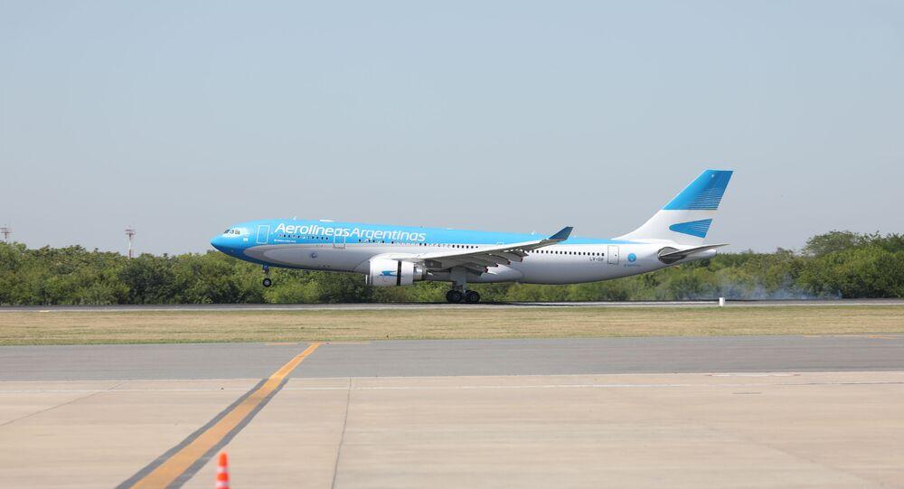 Avião das Aerolíneas Argentinas aterrissando com as primeiras doses da vacina russa Sputnik V em Buenos Aires