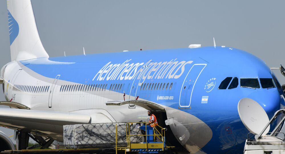 Airbus 330 no Aeroporto Internacional Ezeiza, Buenos Aires, após pousar com as primeiras 300 mil doses da vacina Sputnik V contra o COVID-19