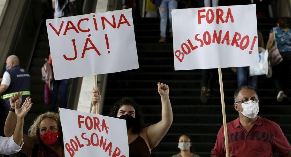 Manifestantes protestam, em terminal rodoviário de Brasília, contra demora para início da vacinação contra a COVID-19 no Brasil, em 23 de dezembro de 2020