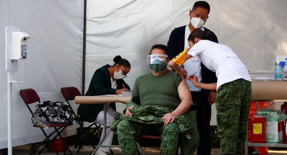 Médico do Exército recebe dose da vacina no México