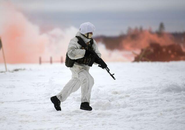 Membro das Forças Especiais russas durante exercícios táticos no campo de treinamento Dubrovka do Distrito Militar Ocidental, região de Pskov, Rússia