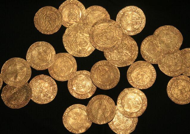 Algumas moedas de ouro do tempo da dinastia Tudor encontradas em um jardim no Reino Unido (imagem referencial)