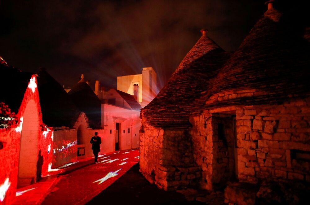 Decoração natalina em Alberobello, Itália, 24 de dezembro de 2020