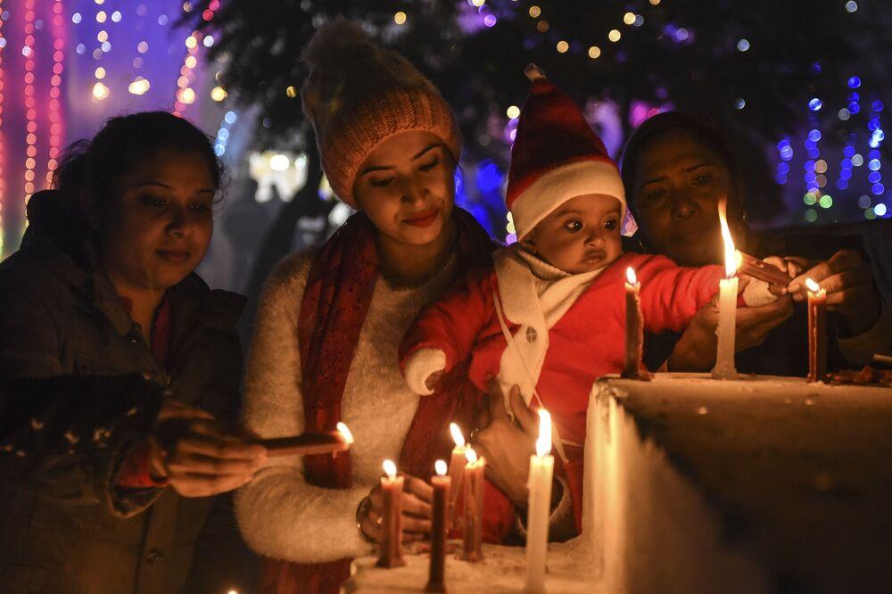 Fiéis cristãos acendem velas na véspera de Natal em Amritsar, Índia, 24 de dezembro de 2020