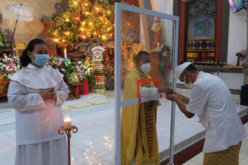 Fiéis durante missa de Natal em igreja de Bandung, Indonésia, 24 de dezembro de 2020