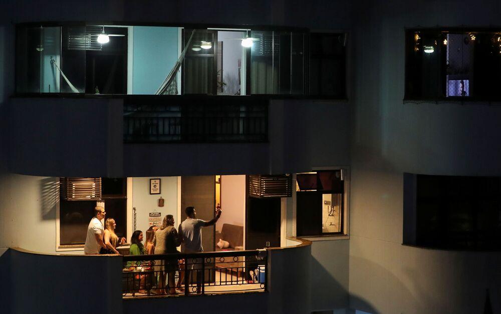 Família celebra Noite de Natal em varanda de apartamento no Rio de Janeiro, Brasil, 24 de dezembro de 2020