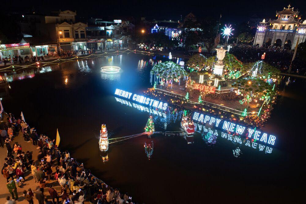 Decoração natalina é acesa durante missa na Catedral Phat Diem, na província de Ninh Binh, Vietnã, 24 de dezembro de 2020