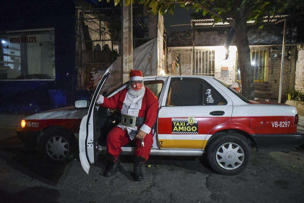 Taxista sai para trabalhar vestido de Papai Noel na cidade de Boca del Río, México, 24 de dezembro de 2020