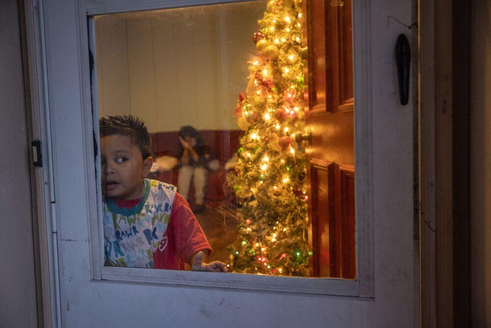 Menino de 7 anos da Guatemala, cujos familiares foram infectados pela COVID-19, em casa em Stamford, Connecticut, EUA, 24 de dezembro de 2020
