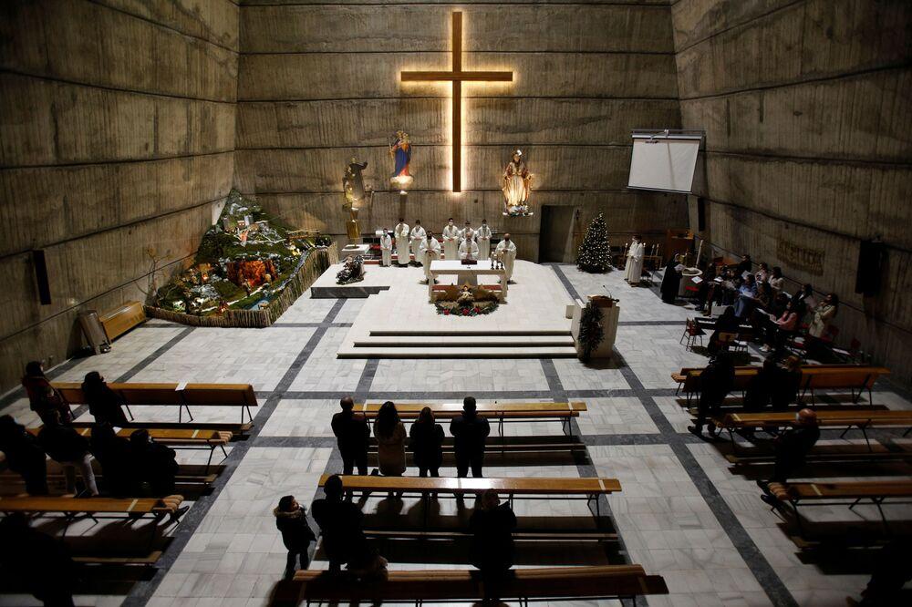 Fiéis durante a missa de Natal na Igreja do Santo Coração de Jesus, Podgorica, Montenegro, 25 de dezembro de 2020