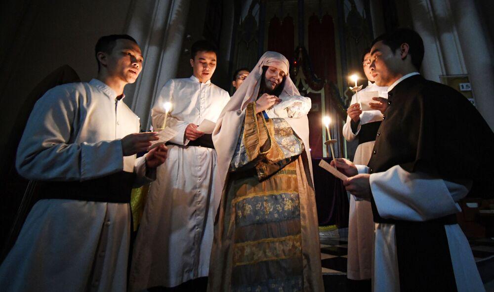 Sacerdotes durante a missa de Natal em igreja católica de Vladivostok, Rússia