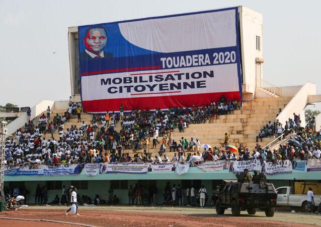 Apoiadores de Faustin Archange Touaderá, presidente da República Centro-Africana, reunidos em comício eleitoral no estádio em Bangui, República Centro-Africana, 19 de dezembro de 2020