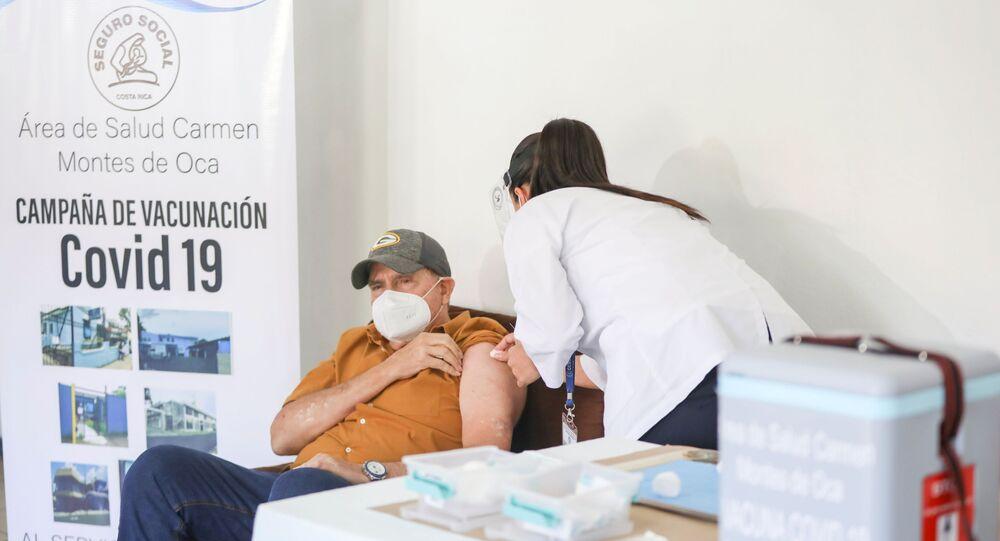 Paciente recebe dose da vacina Pfizer/BioNtech contra a COVID-19 em San José, Costa Rica, 24 de dezembro de 2020