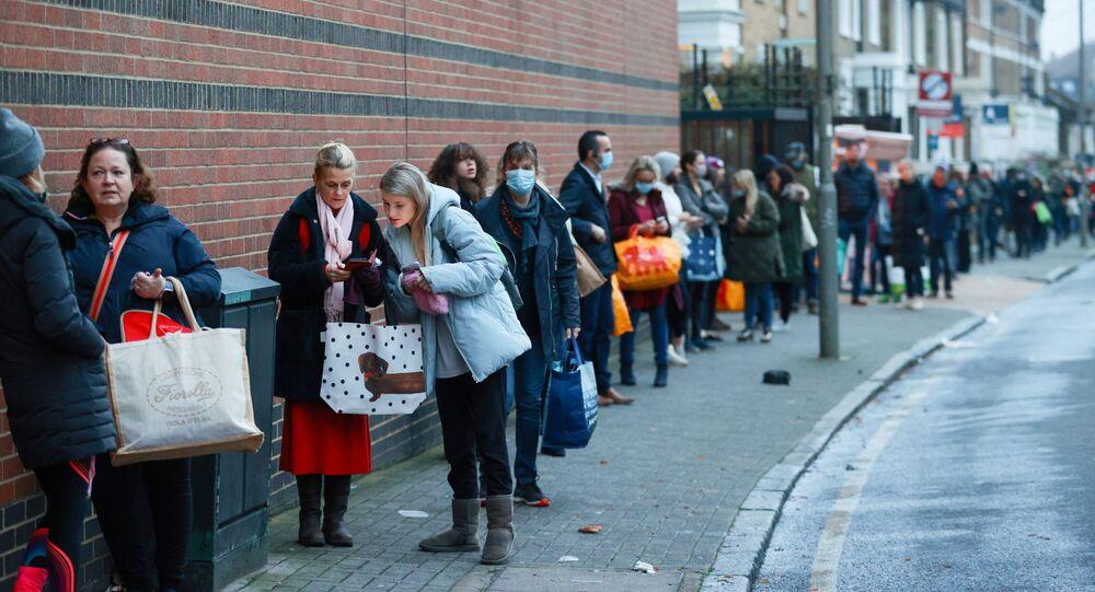Fila fora do supermercado de Waitrose and Partners durante a pandemia do coronavírus, Londres, Reino Unido, 22 de dezembro de 2020