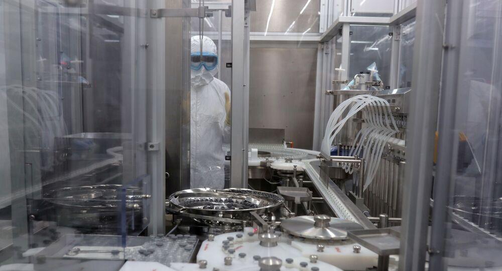 Funcionário de secção de enfrascamento no Instituto Butantan, onde a vacina CoronaVac contra COVID-19 será produzida, São Paulo, 22 de dezembro de 2020