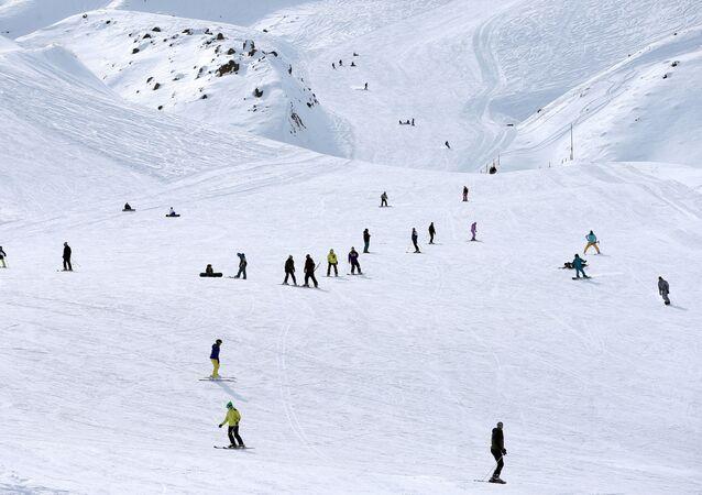 Esquiadores praticando em resort da montanha Alborz, ao norte de Teerã, capital do Irã (arquivo)