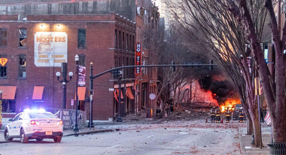 Detritos se espalharam pela rua perto do local de uma explosão na área central de Nashville, Tennessee