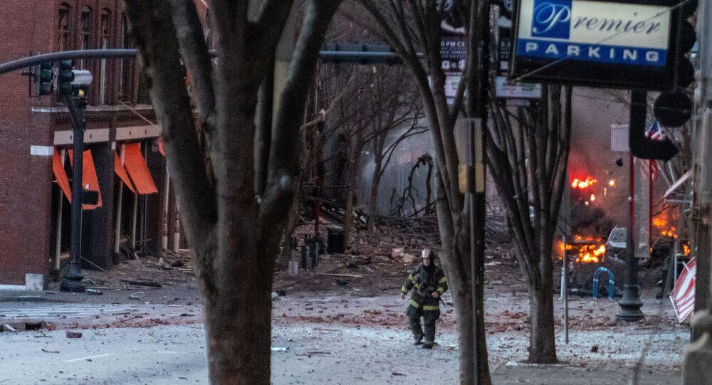 Detritos se espalham pela estrada perto do local de uma explosão no centro de Nashville, Tennessee