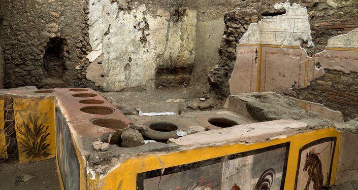 Afrescos em antigo balcão descoberto durante as escavações em Pompeia, Itália