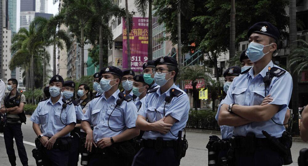 Policiais ficam de guarda enquanto ativistas pró-democracia marcham em Hong Kong, em 1º de outubro de 2020