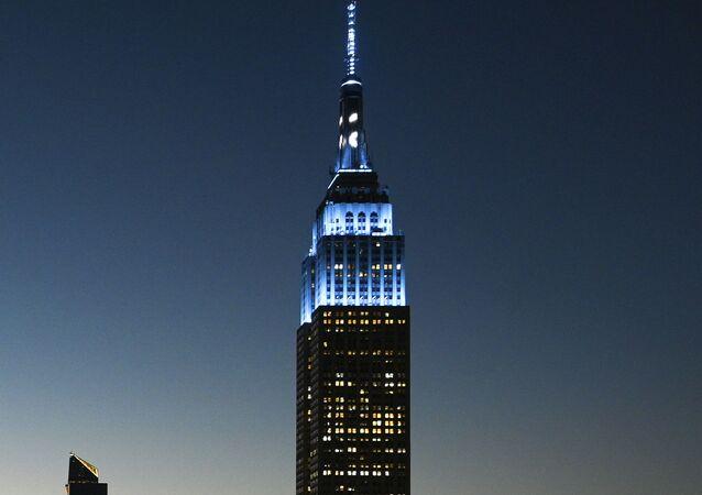 Empire State Building iluminado em azul claro, em 8 de outubro de 2020, em homenagem ao que seria o 80º aniversário de John Lennon
