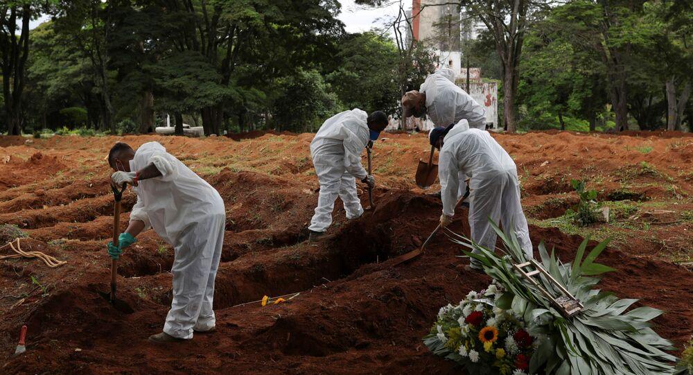 Agentes funerários preparam enterro de vítima da COVID-19, no Cemitério Vila Formosa, em São Paulo, 25 de dezembro de 2020