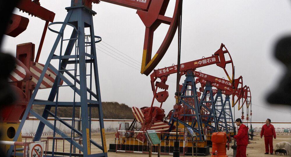 Homens trabalham no campo petrolífero de Changqing, na bacia chinesa de Erdos