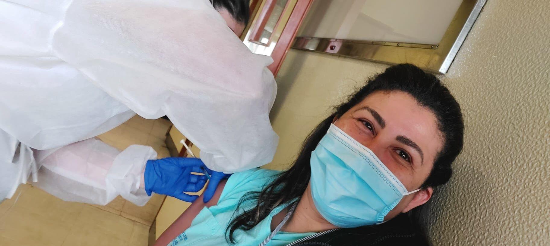 A auxiliar de enfermagem brasileira Cristiane Romero é vacinada contra COVID-19 no Hospital Santa Maria, em Lisboa