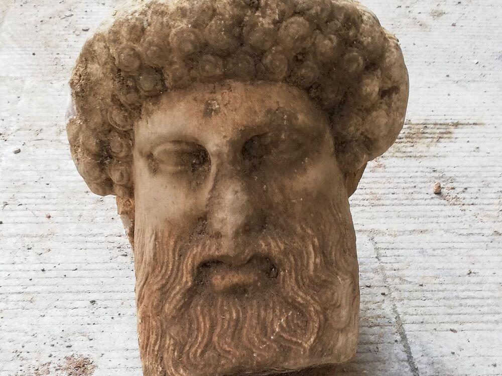 Cabeça do deus grego Hermes encontrada em Atenas